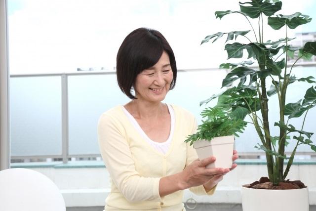 植物を持つシニア女性
