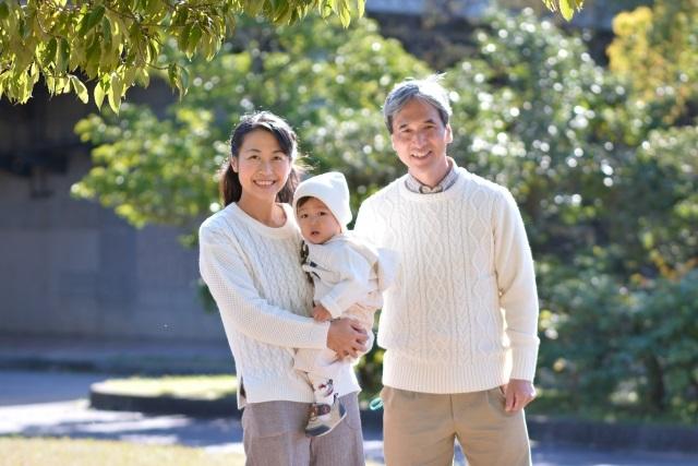 公園の三世代家族