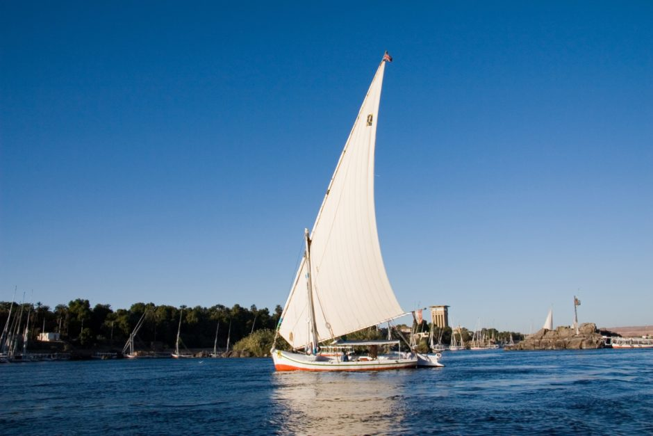 青い海とヨット