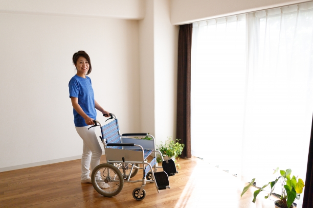 車椅子と介護士