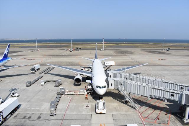 空港にて出発準備をする飛行機。