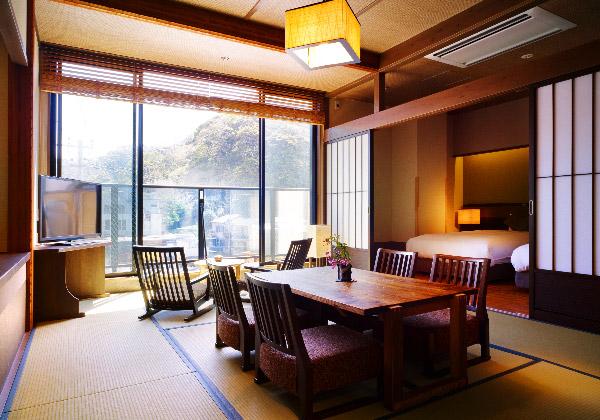 古民家風バリアフリー和洋室。手前和室に座卓、奥にベッドルーム。
