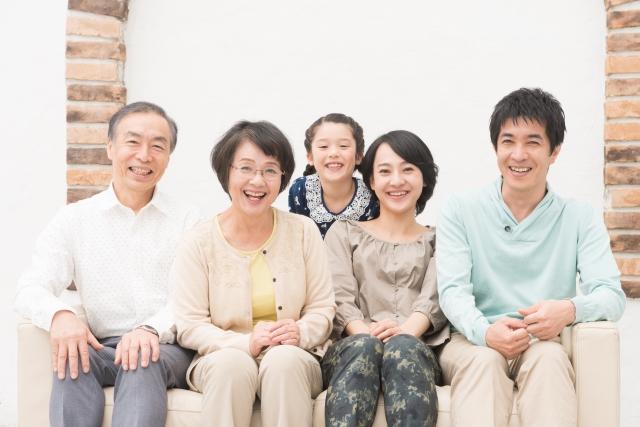 笑顔の夫婦と娘と親夫婦