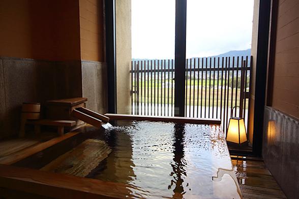 源泉かけ流しの半露天風呂。
