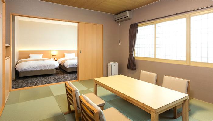 いろはのユニバーサルデザイン客室の様子。手前にテーブルセット、奥にベッド2台。
