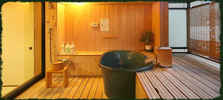 客室内露天風呂の様子。