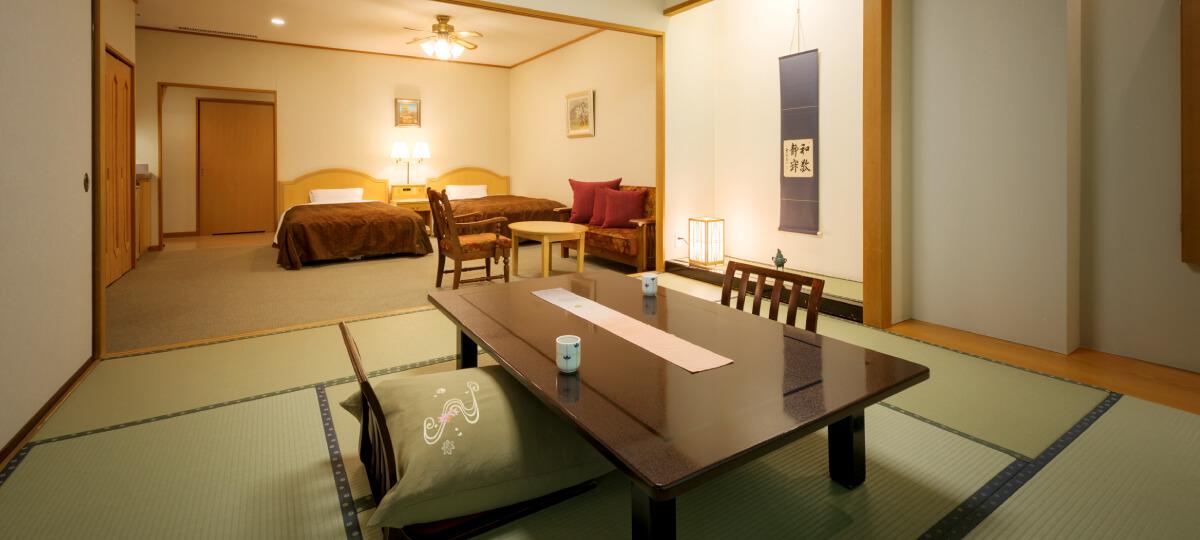 ユニバーサルデザイン和洋室の様子。手前に座卓、その奥にソファーセットとベッド2台。