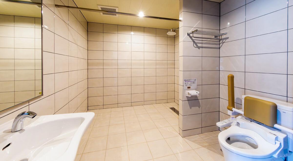 客室内の広いトイレルームの様子。奥にシャワールームがある。