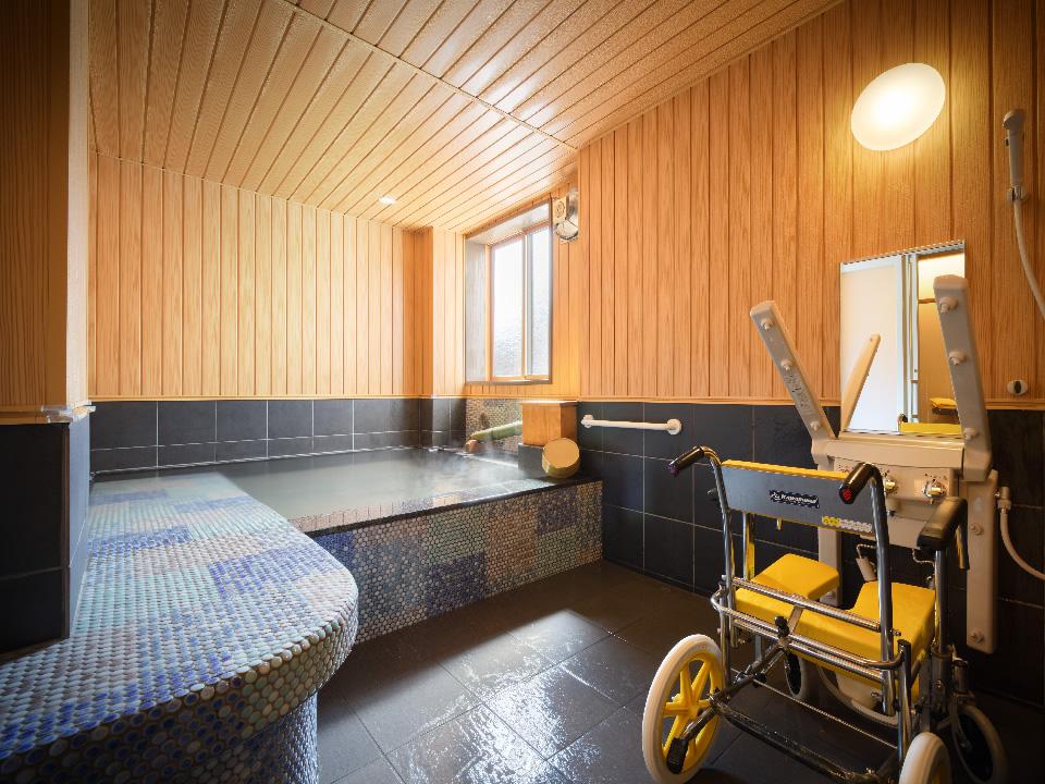 貸切風呂にじゅうしこうの様子。手前に風呂用車椅子とシャワードバス。奥に湯舟。