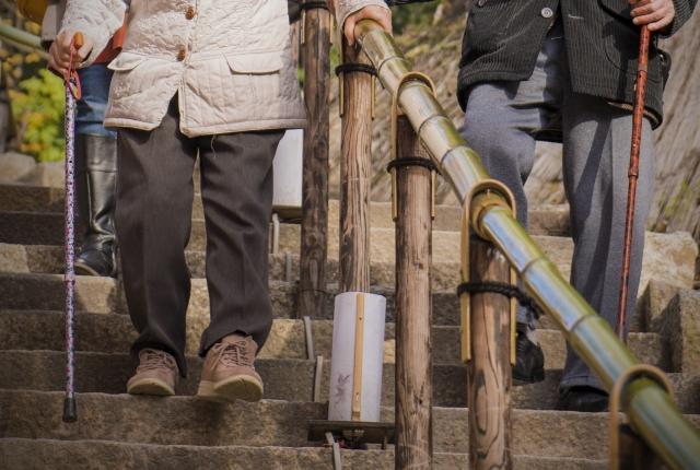 階段を降りる老人