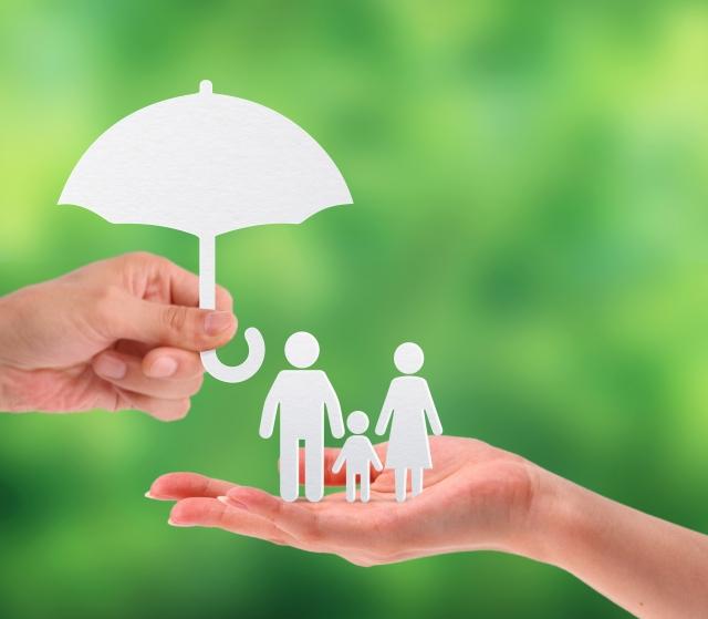 家族にさしかける傘