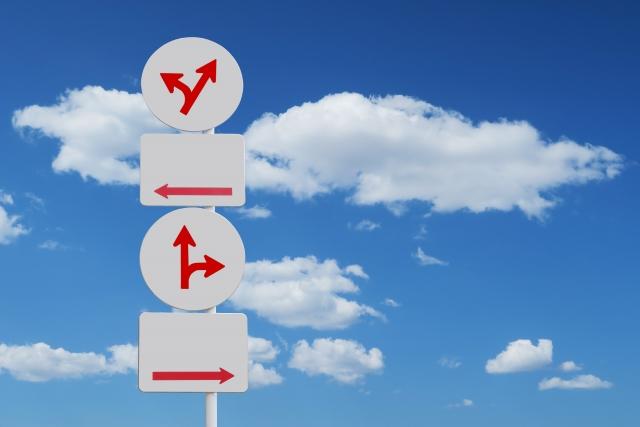 いろいろな方向の道路標識