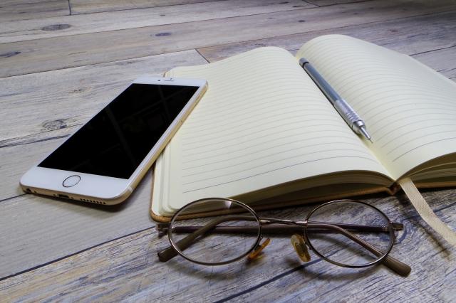 スマホと手帳と眼鏡