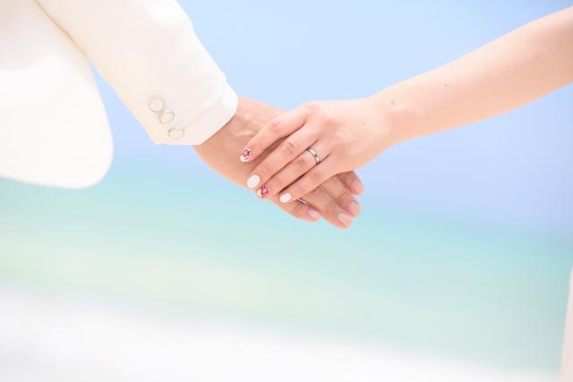 手を繋ぐ新婚カップル