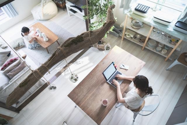 自宅でパソコンに向かう女性