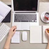 机上のPC,ノート、スマホ