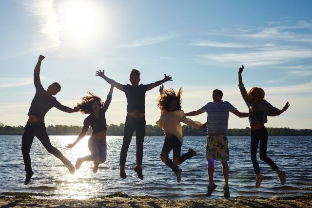 水際でジャンプする若者