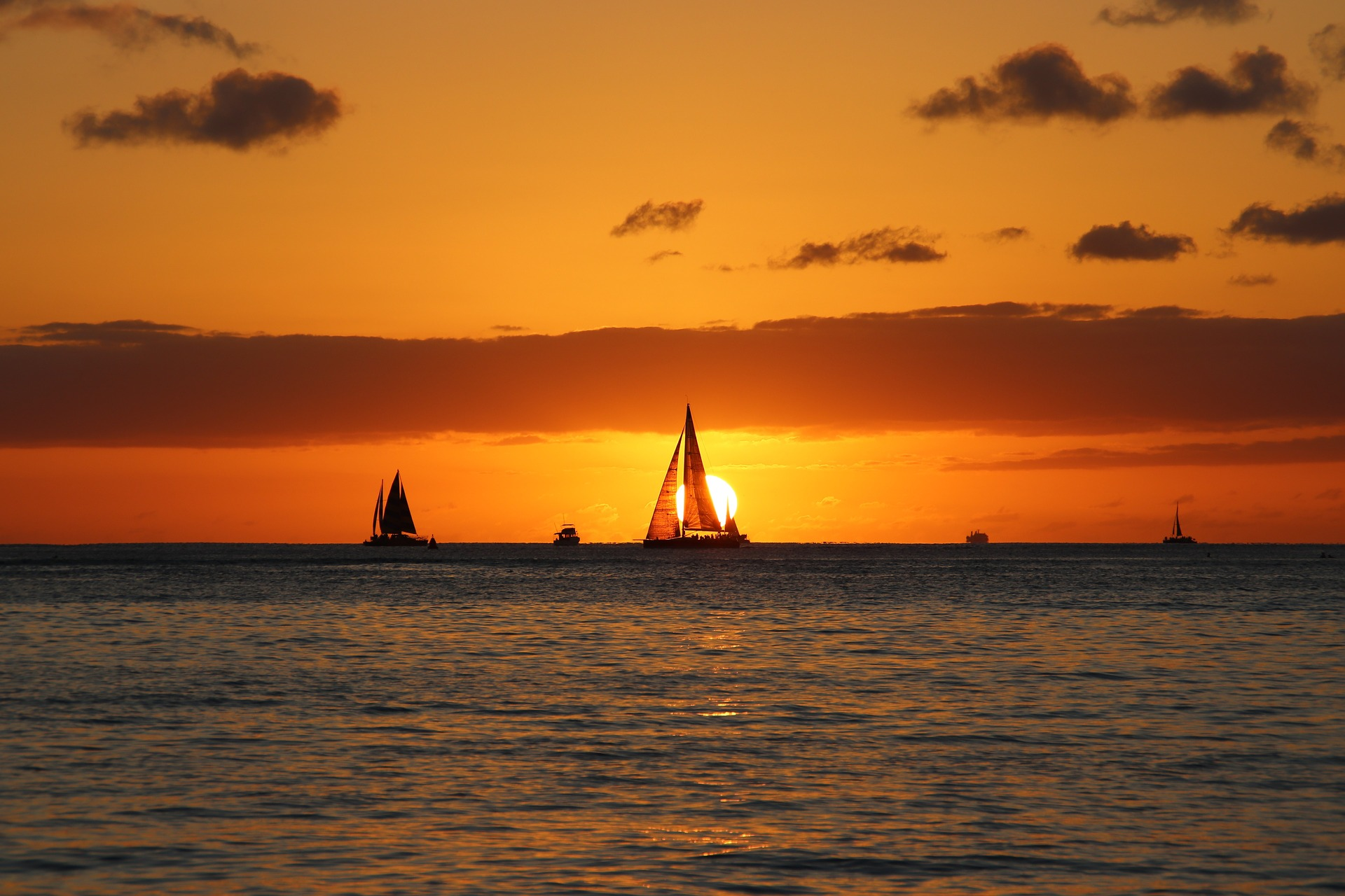 海辺のヨットと夕陽