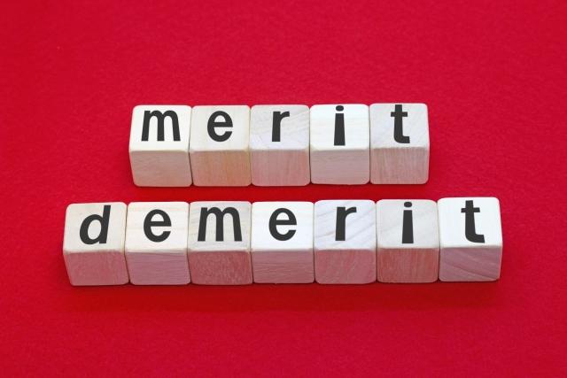 積み木で出来たメリットとデメリットの文字