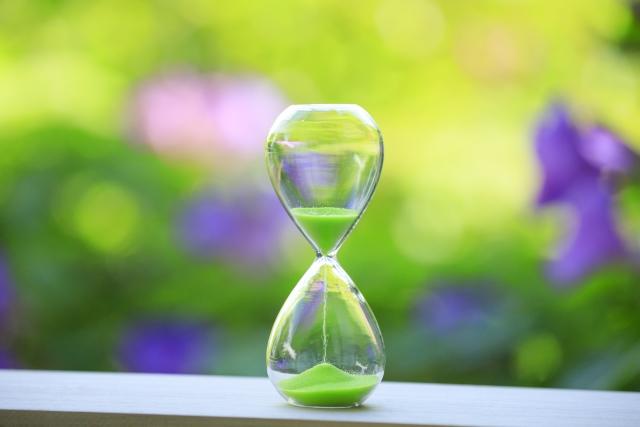 緑背景の砂時計