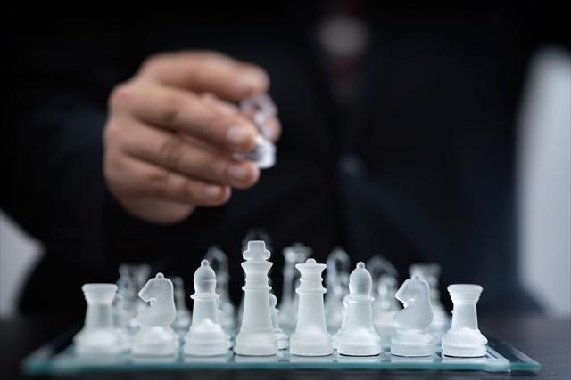 チェスをするビジネスマン