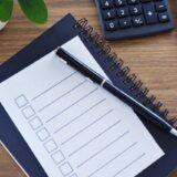 机の上に置かれたペンとチェックリスト